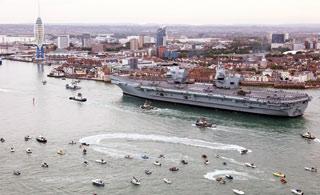 英国女王号航母抵达母港 数千民众兴奋围观