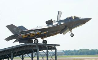 F-35B战机满挂武器练滑跃起飞 准备上舰