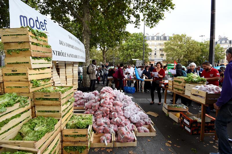 """绕过超市""""盘剥"""" 巴黎""""农夫市集""""半价直销蔬果"""