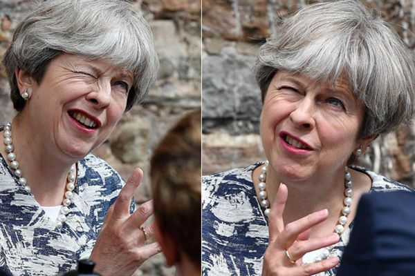 特雷莎·梅参加活动豪放大笑 表情搞怪