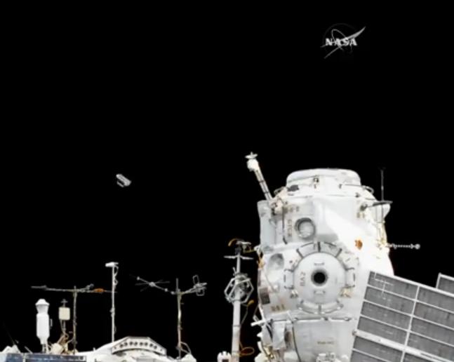 科技雷不撕:俄宇航员进行太空行走 顺便释放五颗纳米卫星