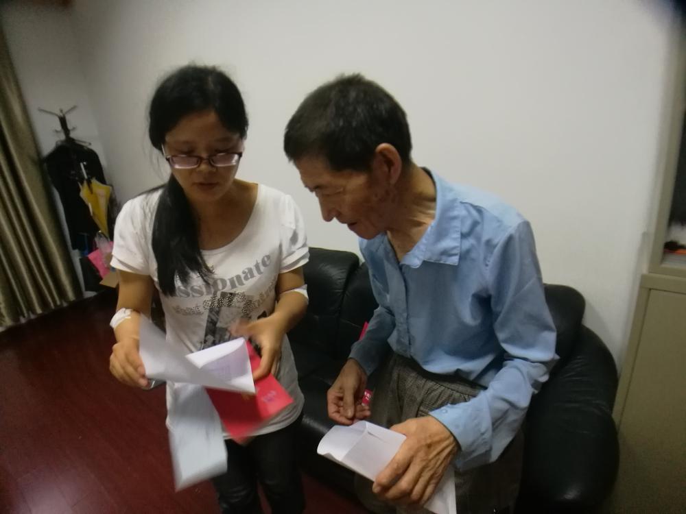 杭州85岁退休教师深夜拾荒 资助困难学生十多年