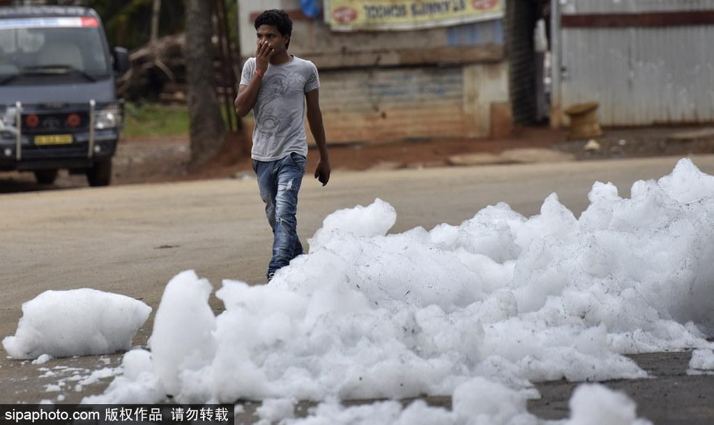 印度贝兰杜尔湖污染严重 产生大量泡沫充斥街头