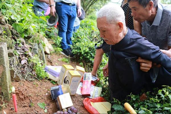 9旬老兵75年首次回家祭祖 长跪父母墓前不起