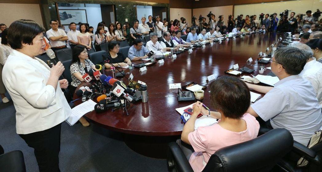 台湾基本工资调涨 工商界呼吁当局帮公务员加薪