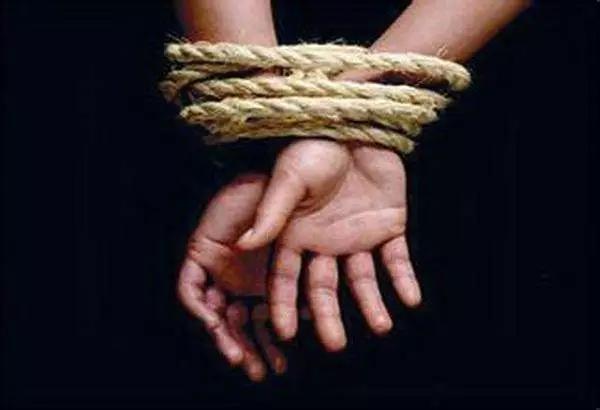 """18岁女孩被""""相亲""""对象诱骗囚禁数日 遭4人殴打轮奸"""