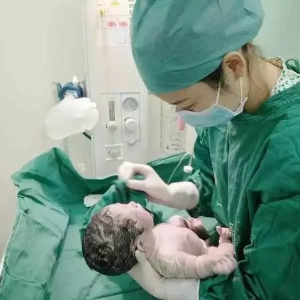那一次,产妇的羊水喷到她头顶!听助产士讲产房里那些惊心动魄的事丨推广