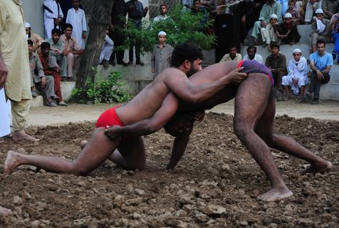 巴基斯坦男子赤身肉搏泥地摔跤
