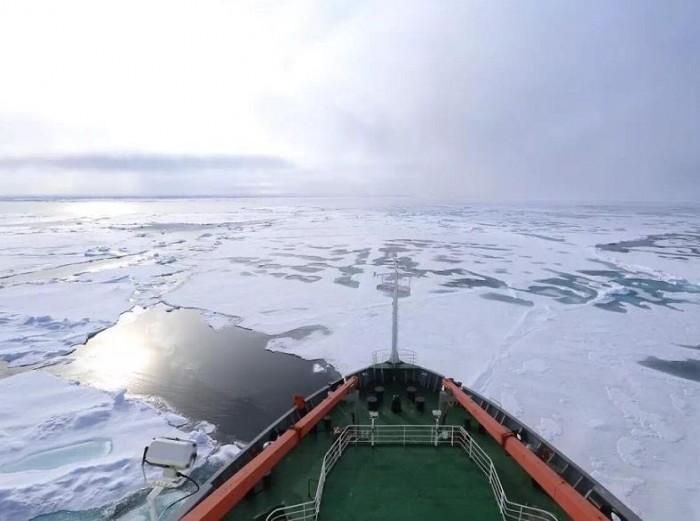 """中国""""雪龙""""科考船首次穿越北冰洋中央航道"""