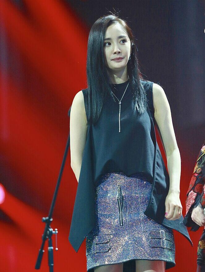 杨幂录节目穿短裙秀美腿 台上蹭鼻子小动作很少女