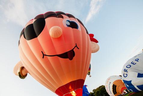 荷兰热气球节开幕 享受蓝天下浪漫飞行