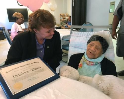 美国最年长人瑞庆祝114岁生日 州长送祝福