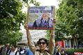 英国民众在美使馆外集会反对特朗普 抗议美国种族主义暴乱