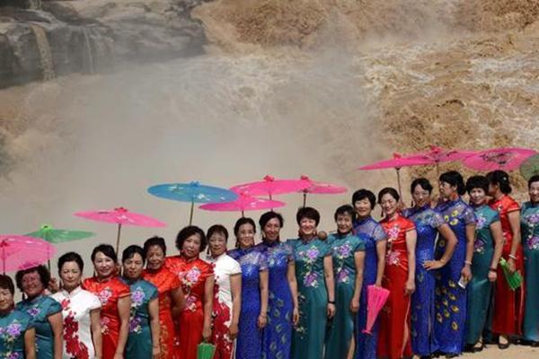 壶口瀑布旗袍秀 展东方传统女性气质
