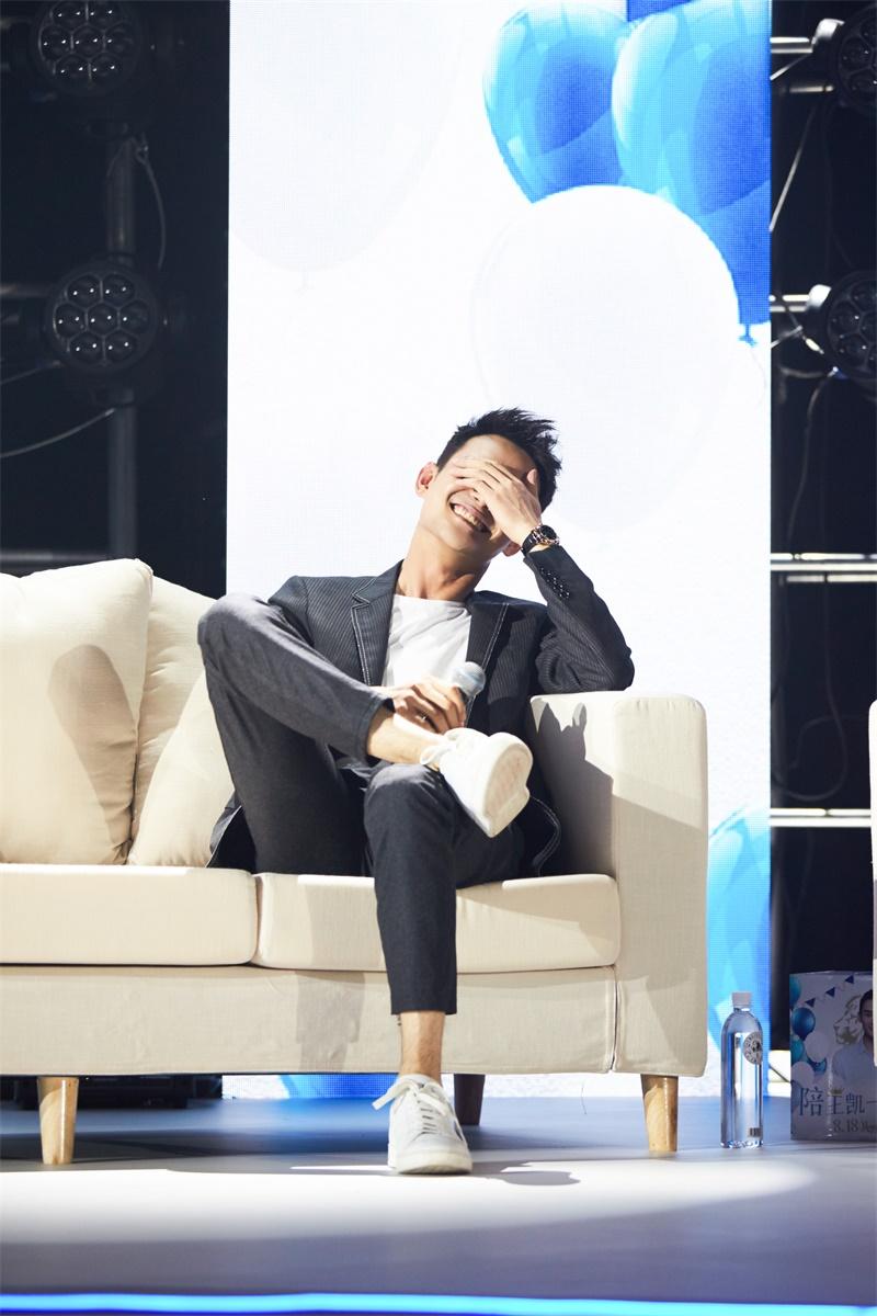 王凯与影迷同台飙戏 生日会深情献唱感动影迷