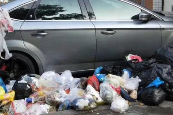"""轿车停在垃圾中转站门前 被垃圾""""围堵"""""""