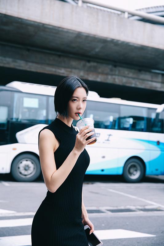 Clara克拉拉最新机场LOOK  短发黑裙走轻熟女路线