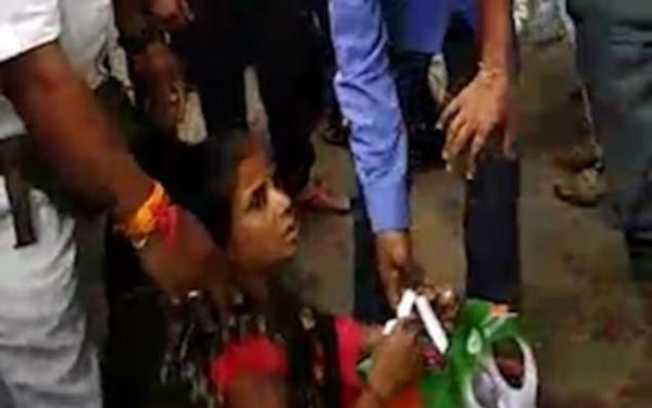 惊魂!印女子火车上意外掉落 安全获救未受伤