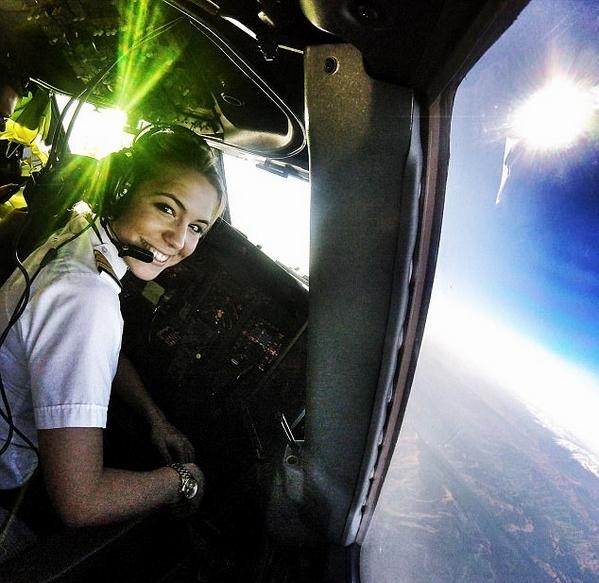 荷兰美女飞行员晒美照 鼓励女性勇敢追梦