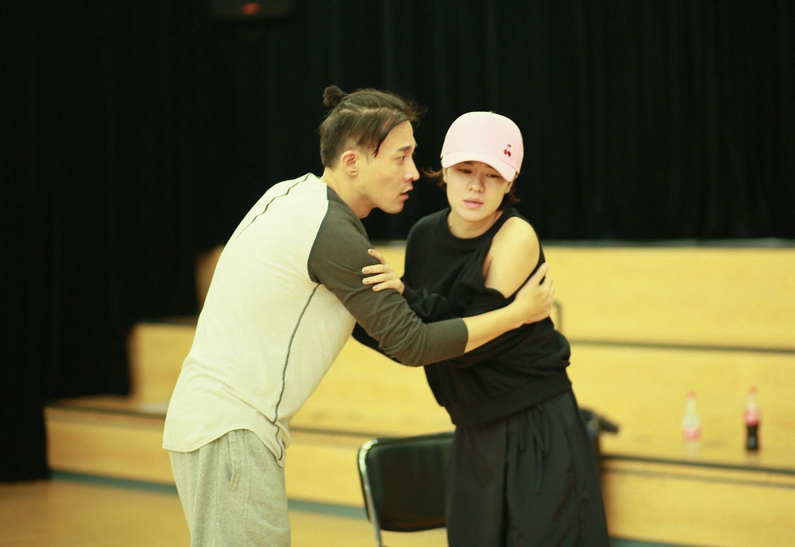 郁可唯音乐剧排练飚演技 领衔《阿尔兹》全国巡演