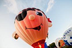 荷兰热气球节开幕 享受蓝天下飞行