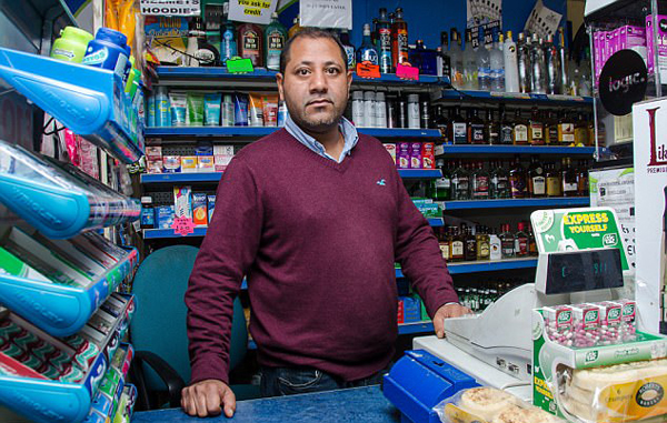 """英超市老板两年内2次击退劫匪 被赞""""球棒侠"""""""