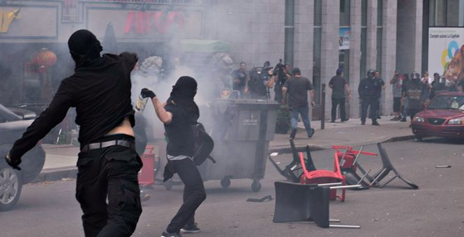 """加拿大魁北克城爆发反种族主义示威活动 街头混乱如""""战场"""