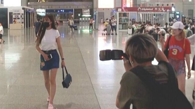"""沈梦辰高铁站摆拍""""指挥""""摄影师"""