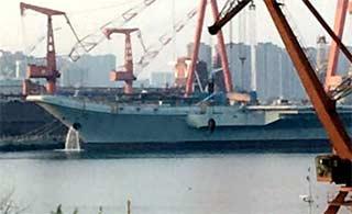 首见!国产航母舰艏开始排水