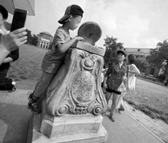 清华大学日晷仍有游客攀爬