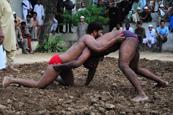 巴基斯坦男子泥地摔跤