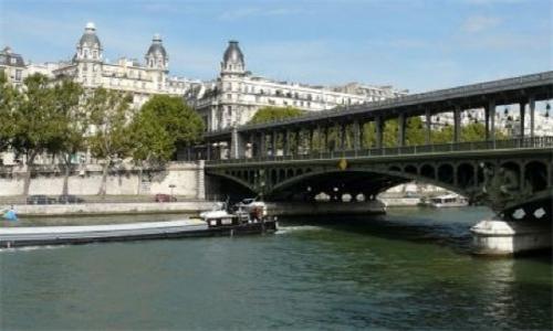 巴黎富人区抗议市府安置难民