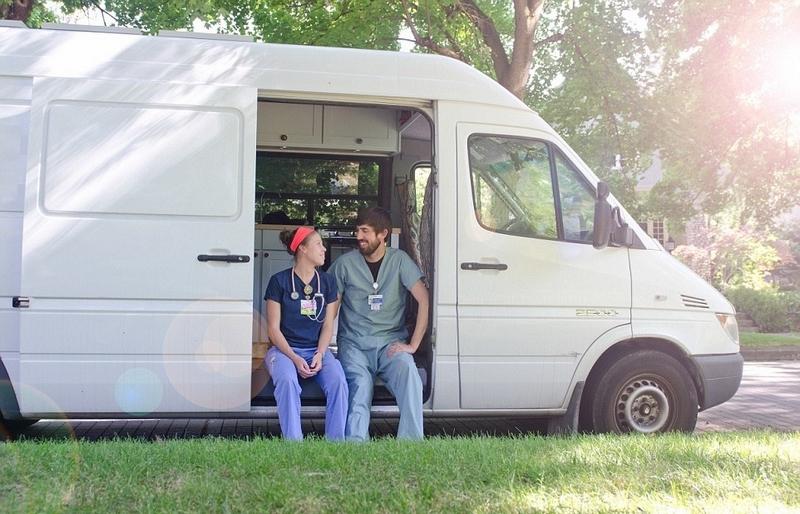 美夫妇为省房租将货车改造成小家 工作旅行两不误