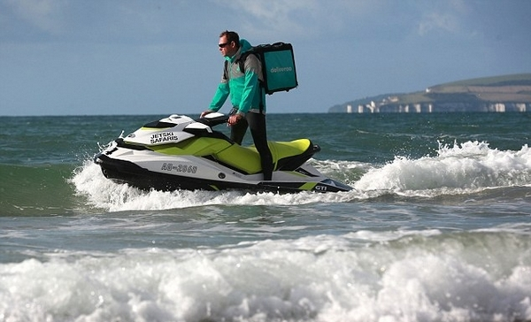 英送餐公司尝试摩托艇送餐服务海滩游客