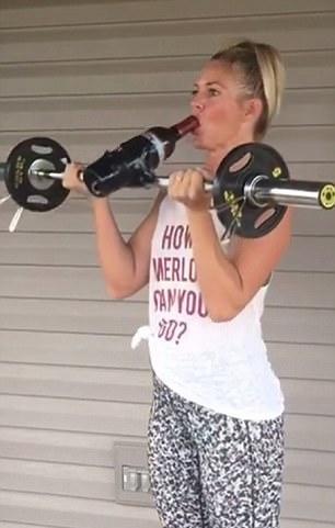 边喝酒边健身 美女主播花式健身视频走红网络