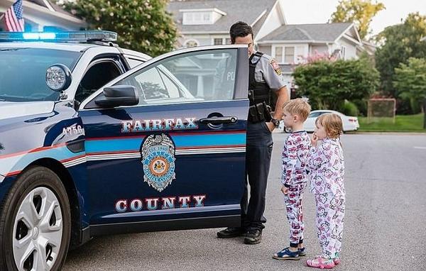 暖心!美警官为男童准备警察主题生日派对