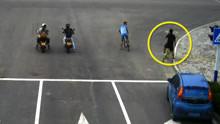 实拍共享汽车撞飞共享单车 司机全程懵掉