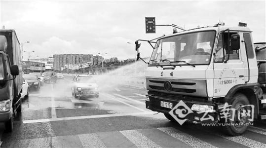 昆明街头一轿车自燃 交警请绿化浇水车帮忙灭火