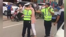 惊呆!协警在事故现场执法 遭路过女子搂脖强吻
