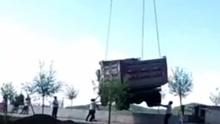 吊车钢丝绳突然断裂 车下操作人员瞬间被砸