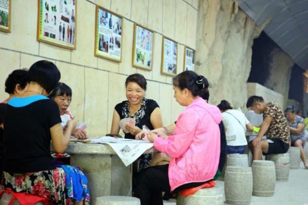 广西柳州市民防空洞中乘凉打牌