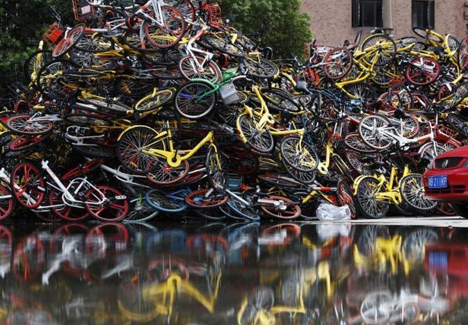 """上海现共享单车""""坟墓"""" 车辆堆积如山"""