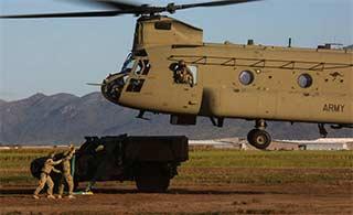 支奴干直升机轻松吊起澳战术车辆