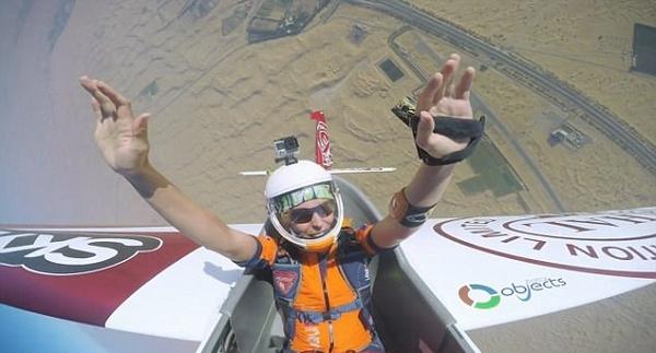 美跳伞运动员致命伤愈后挑战沙漠高空花样跳伞