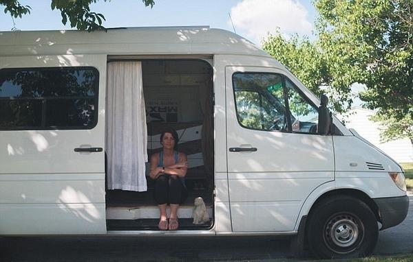 美女子花6万元变货车为房车追求极简新生活
