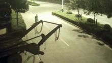 男子骑车遭垃圾车铁链锁喉 凌空翻起重摔在地