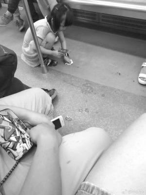 小女孩地铁内不慎洒水 蹲地擦干净引网友点赞