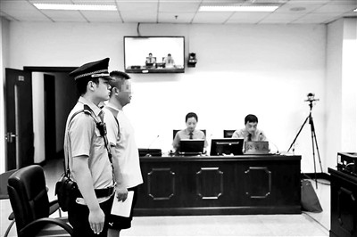 黑车车队经营者受审:想车队合法化但许可办不下来