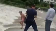 实拍男子在断桥上被洪水冲走 至今生死未明