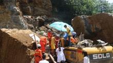 巨石砸中挖掘机!昭通彝良消防营救被困司机